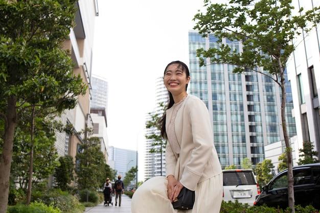Giovane donna giapponese in un ambiente urbano