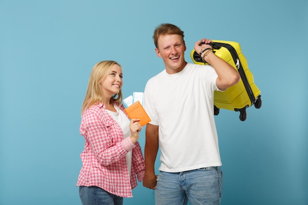 Giovane coppia gioiosa due amici ragazzo e donna in posa di magliette rosa bianche