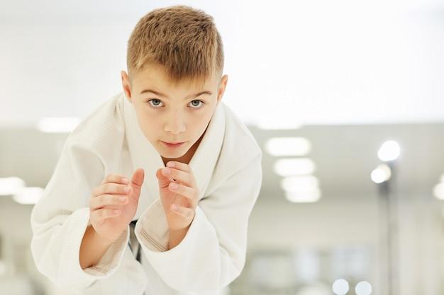 Giovane karateka che lavora con le tecniche