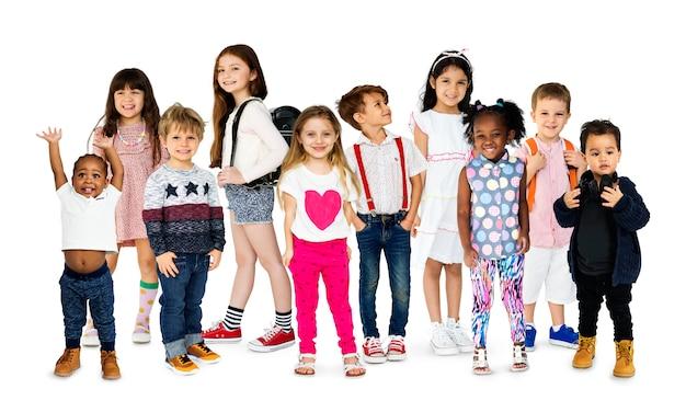 Collage del ritratto dello studio di divertimento di felicità di godimento dei bambini in giovane età