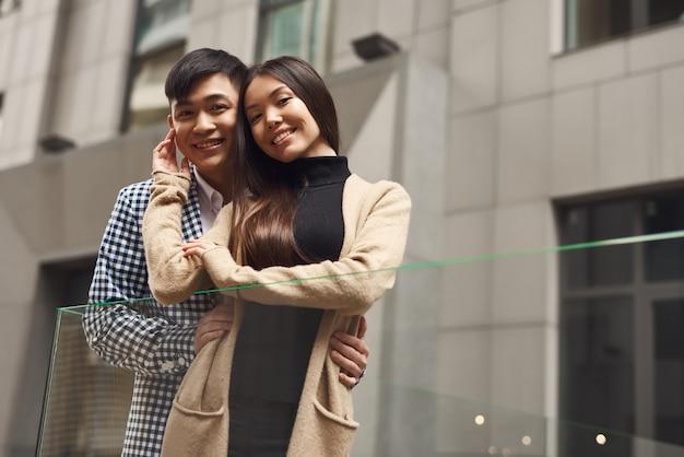 Giovane moglie coreana e marito felici insieme.
