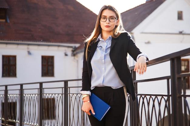 Una giovane donna in giacca e cravatta prima del primo colloquio di lavoro nella vita.