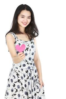 Giovane donna con carta a forma di focolare