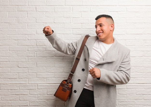 Giovane uomo d'affari latino ballare e divertirsi