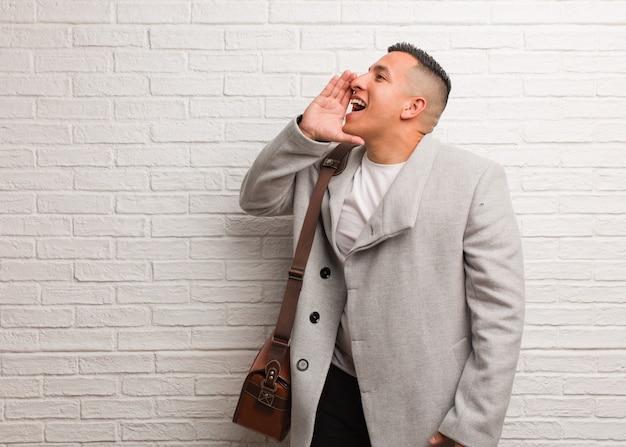 Giovane uomo d'affari latino sussurrando sottotono gossip