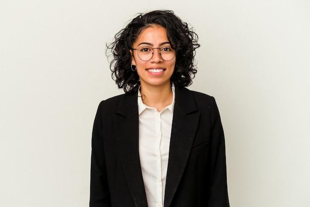 Giovane donna d'affari latina isolata su sfondo bianco felice, sorridente e allegra.
