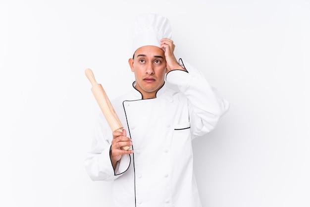 Giovane cuoco latino uomo isolato essendo scioccato, ha ricordato un incontro importante.