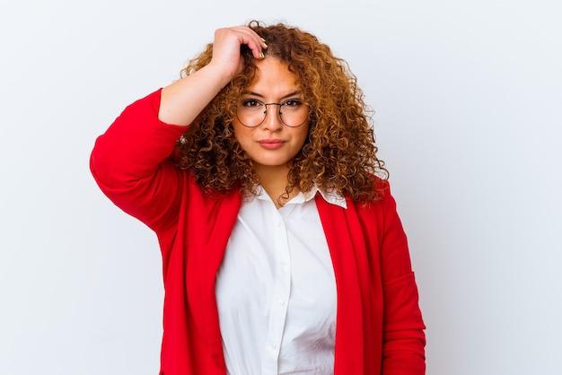 Giovane donna curvy latina isolata su sfondo bianco scioccata, ha ricordato un incontro importante.
