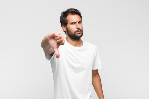 Giovane uomo bello latino in maglietta isolata
