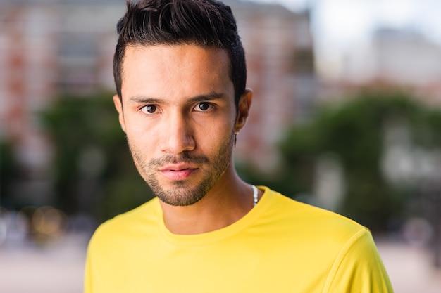 Giovane uomo latino headshot colombiano isolato ritratto ispanico nello stile di vita urbano