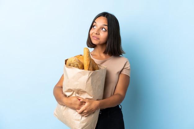 Giovane donna latina che compra del pane
