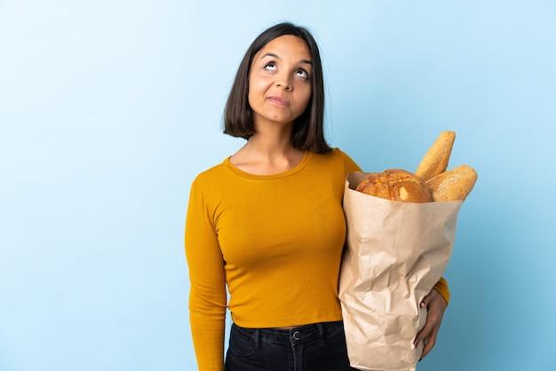 Giovane donna latina che compra dei pani