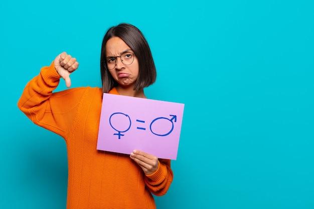 Concetto di uguaglianza della giovane donna latina