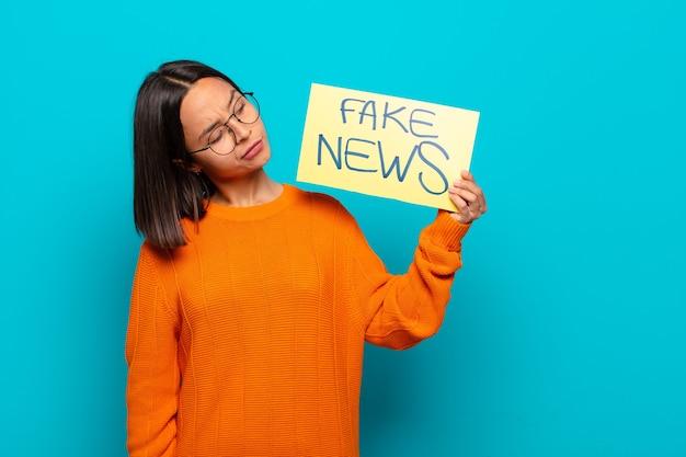 Concetto di notizie false della giovane donna latina