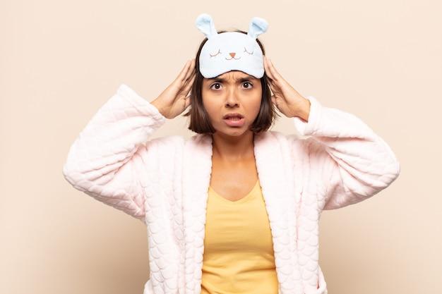 Giovane donna latina che si sente frustrata e infastidita, malata e stanca di fallire, stufo di compiti noiosi e noiosi