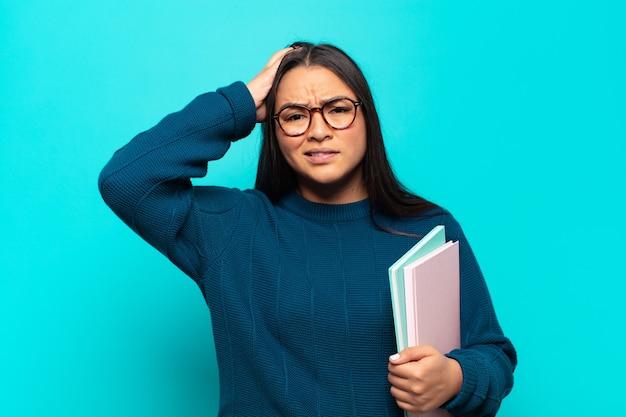 Giovane donna latina che si sente frustrata e infastidita, malata e stanca del fallimento, stufo di compiti noiosi e noiosi
