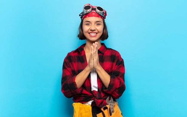 Giovane donna latina che si sente felice e di successo, sorride e applaude le mani, dicendo congratulazioni con un applauso