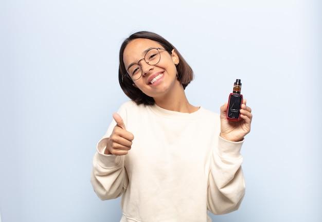 Giovane donna latina che si sente orgogliosa, spensierata, sicura e felice, sorridendo positivamente con i pollici in su