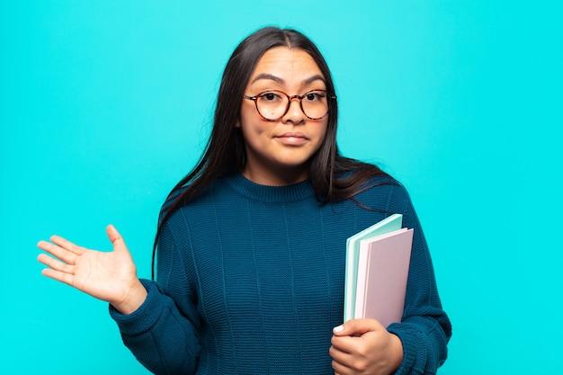 Giovane donna latina che si sente perplessa e confusa, insicura sulla risposta o decisione corretta, cercando di fare una scelta
