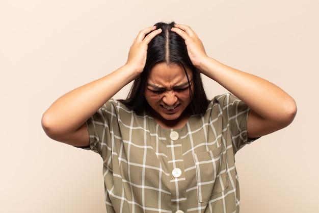 Giovane donna latina che si sente stressata e frustrata