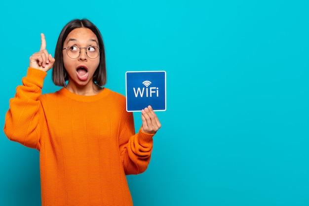 Giovane donna latina. concetto di wifi gratuito