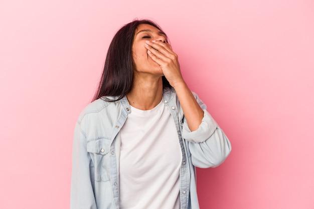 Giovane donna latina isolata su sfondo rosa che ride felice, spensierata, emozione naturale.