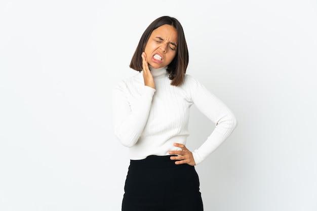 Giovane donna latina isolata sul muro bianco con mal di denti