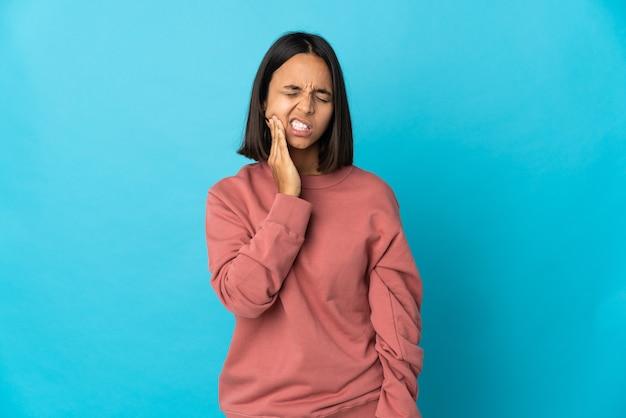 Giovane donna latina isolata con mal di denti