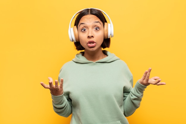 Giovane donna latina a bocca aperta e stupita, scioccata e sbalordita da un'incredibile sorpresa