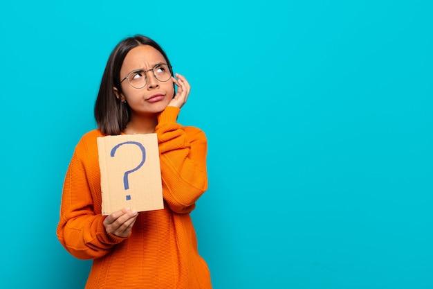 Giovane donna latina con punto interrogativo