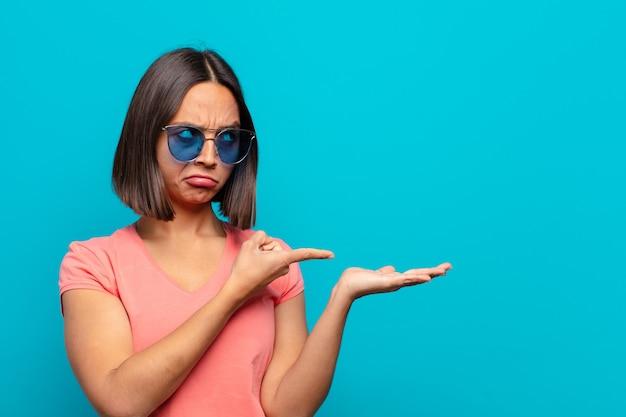 Giovane donna latina con occhiali da sole e uno spazio di copia