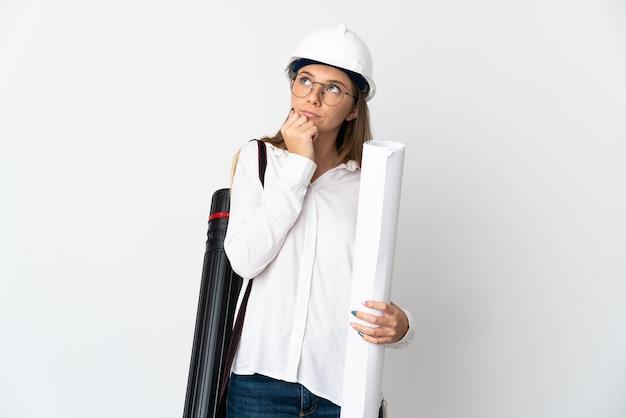 Donna giovane architetto lituano con casco e azienda schemi isolati