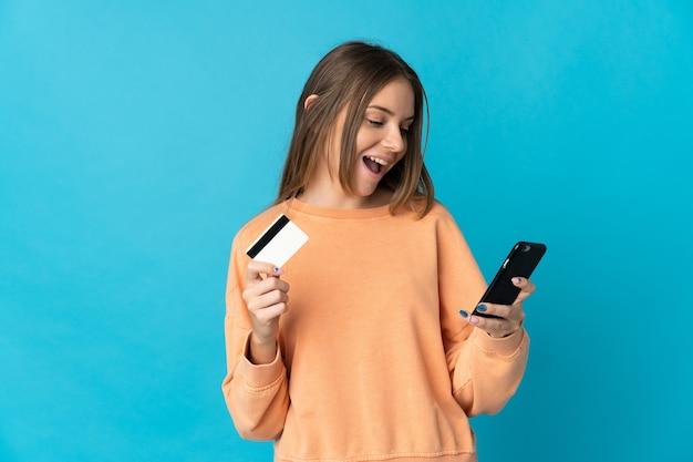 La giovane donna lituana ha isolato l'acquisto con il cellulare con una carta di credito