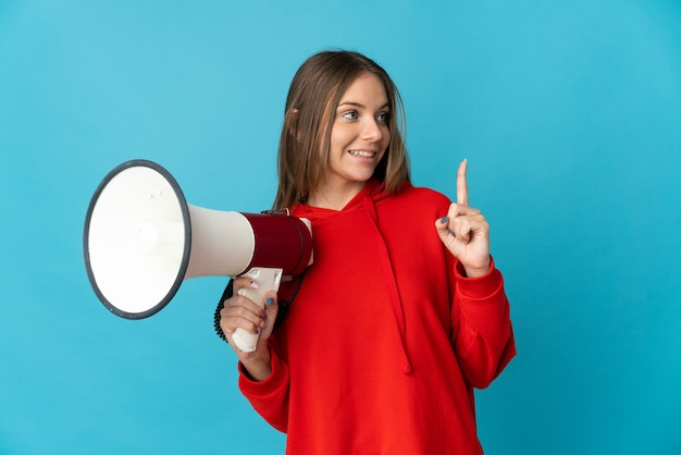 Giovane donna lituana isolata che tiene in mano un megafono e che intende realizzare la soluzione