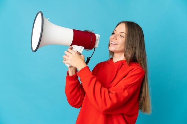 Giovane donna lituana isolata che grida tramite un megafono per annunciare qualcosa