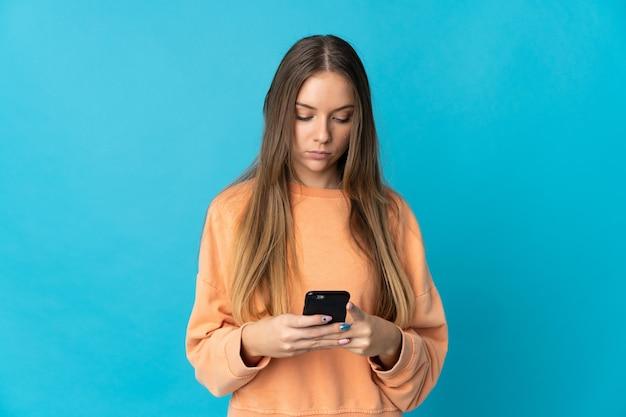 Giovane donna lituana isolata utilizzando il telefono cellulare