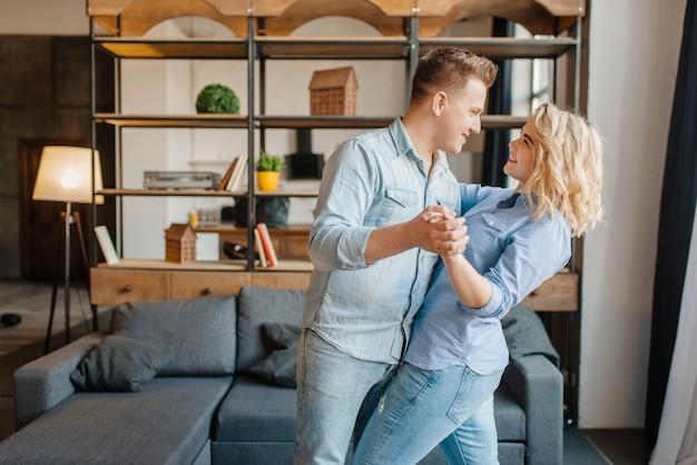 Coppia giovane amore ballare a casa, cena romantica