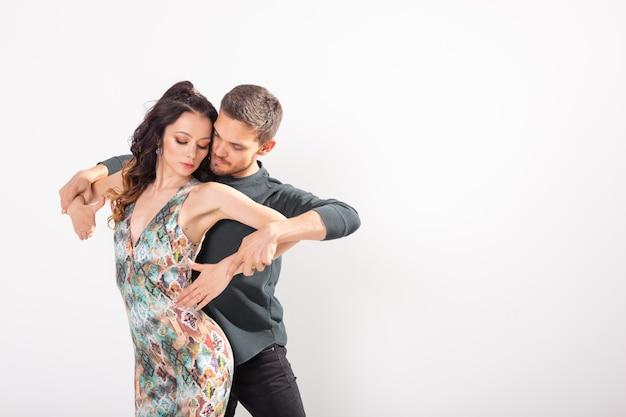 Coppia giovane amore ballare kizomba sul muro bianco
