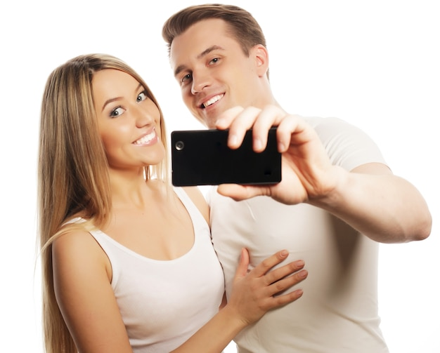 Giovani coppie adorabili che posano nello studio, fine su, uomo felice e donna felice,