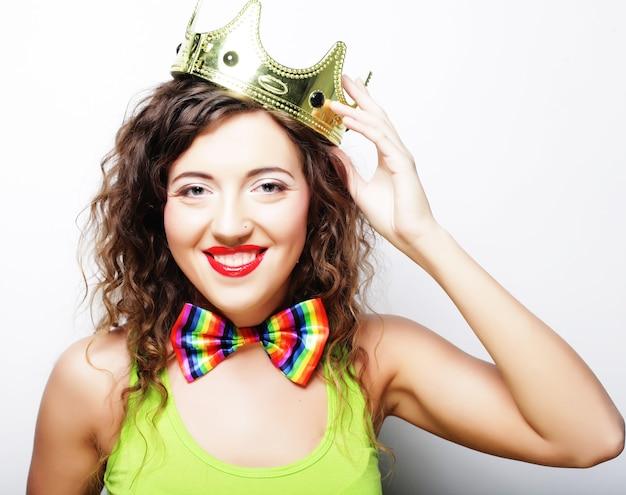 Giovane donna bella espressione in corona su sfondo bianco