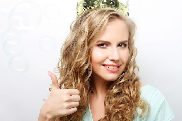 Giovane donna bella espressione in corona