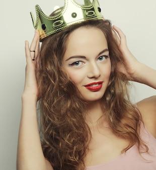 Giovane bella donna con la corona