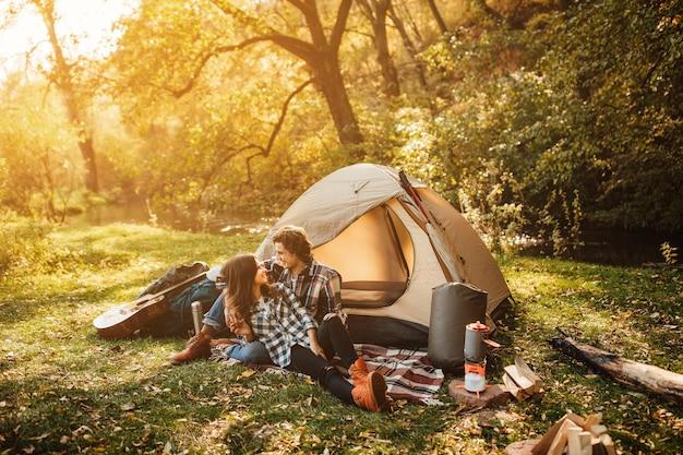 Giovane coppia di innamorati in campeggio nella foresta