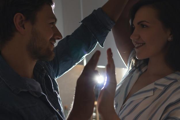 Giovane coppia di innamorati a casa