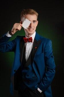Il giovane mago tiene in mano le carte