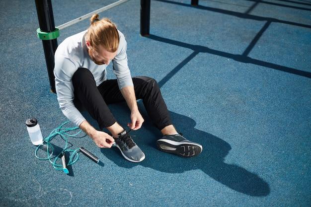 Giovane atleta maschio che prepara per l'allenamento intensivo