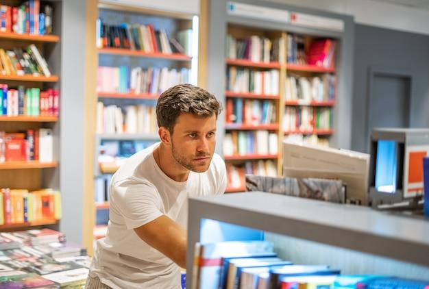 Giovane cliente maschio in libreria