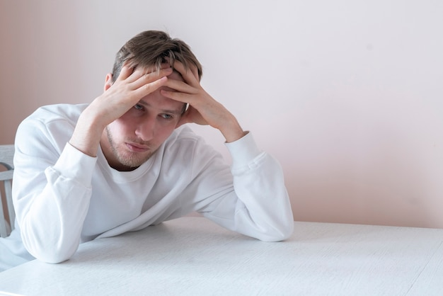 Un giovane maschio che si sente triste, delusione per il problema della depressione