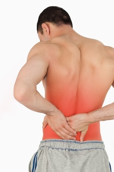 Giovane maschio che soffre di mal di schiena