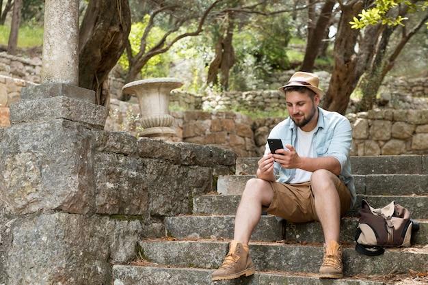 Giovane viaggiatore maschio in montenegro